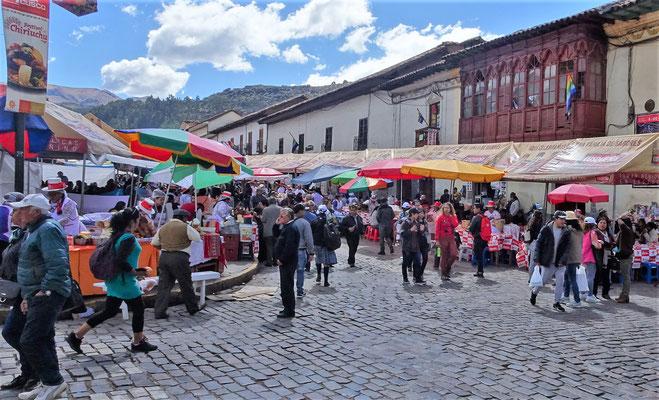 Der temporäre Markt im Freien.