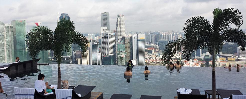 Der Pool auf dem Dach mit der Aussicht in die Stadt.