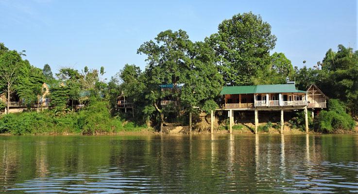Die Hotelanlage vom Fluss aus mit dem Restaurant.