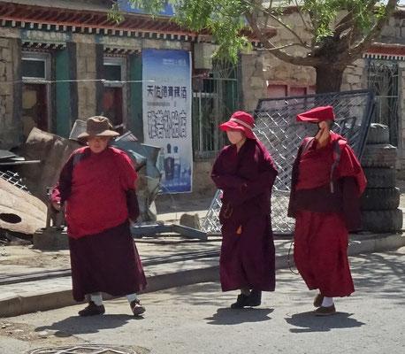 3 Nonnen auf dem Weg ins Kloster