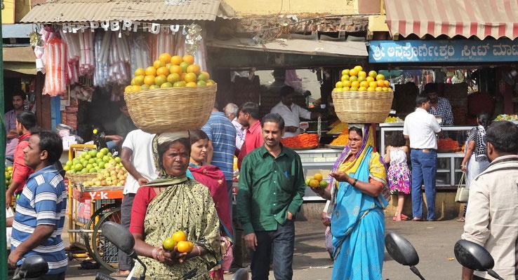 Die Mandarinenverkäuferinnen.