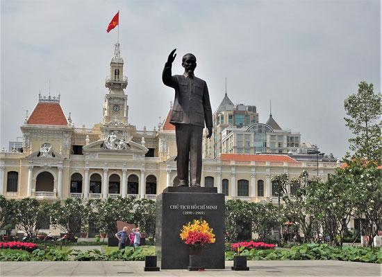 Ho Chi Minh vor dem Rathaus.