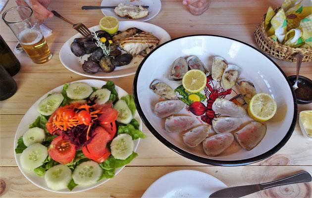 Muscheln, Salat und Fisch.