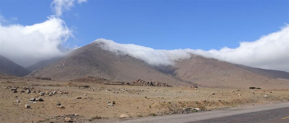 Wolken kommen über den Berg.