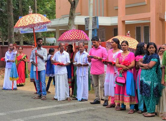 ...vor einem Hindu Tempel.