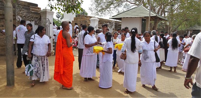 Ein Mönch mit der Pilgergruppe.