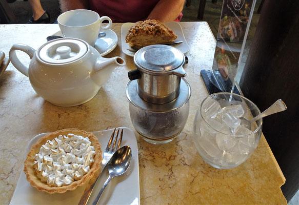 """Vietnamesiche """"Kaffee-Maschine"""", Tee und Kuchen."""