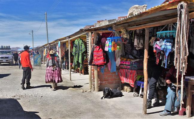 Ein Markt der für die Touristen aufgebaut wurde.