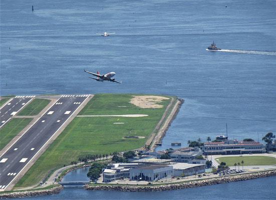 Ein startendes und ein landendes Flugzeug.....