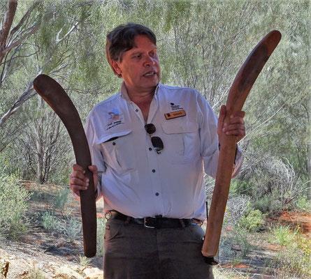 Doug zeigt uns die Waffen der Aborigenals Jäger.....
