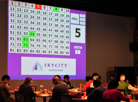 Senioren beim Bingo spielen.