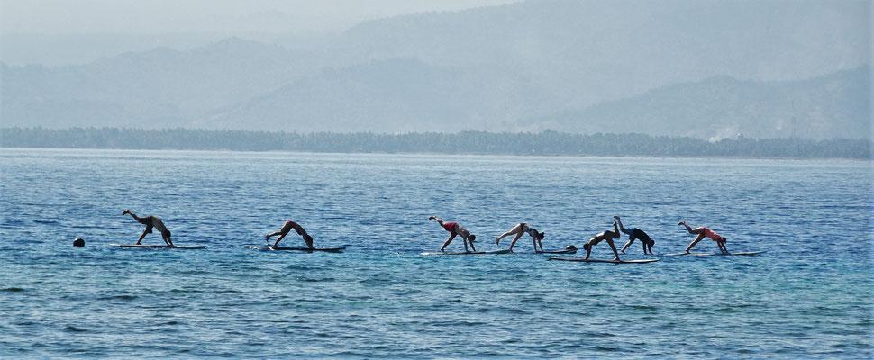 Yoga auf einem Surfbrett...
