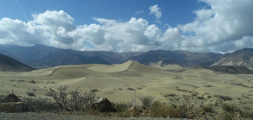 Sanddünen vor der Bergkulisse