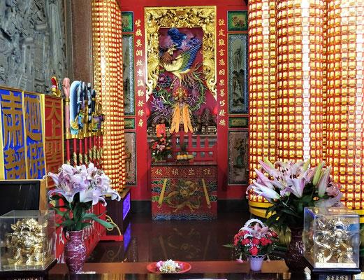 ....mit unzähligen kleinen Buddhas.