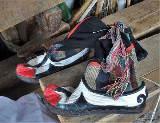 ...ihre traditionellen Schuhe.