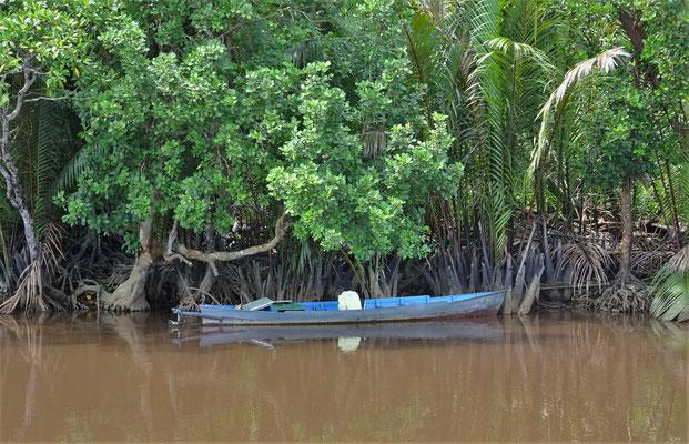Ein Fischer in dem kleinen Boot.