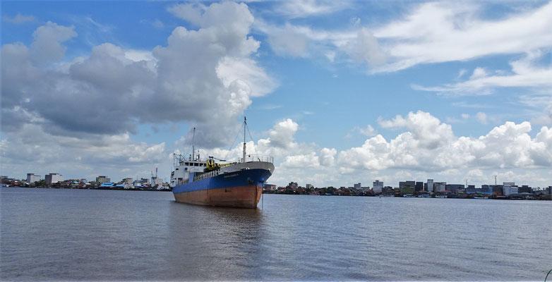 Der Hafen von Kumai mit...
