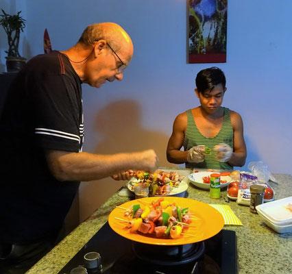 Hansueli und Koman bei der Vorbereitung der Fleischspiesse.