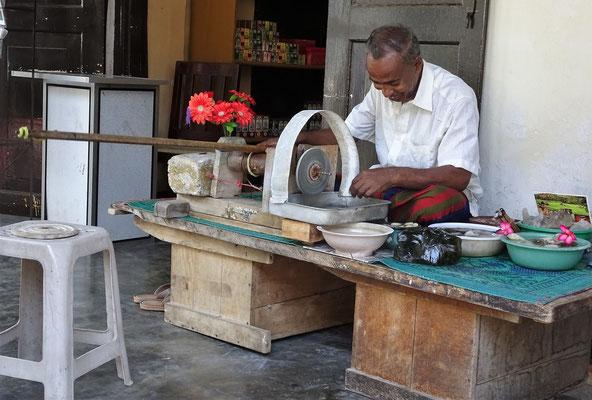 Der Steinschleifer der seine Schleifmaschine...