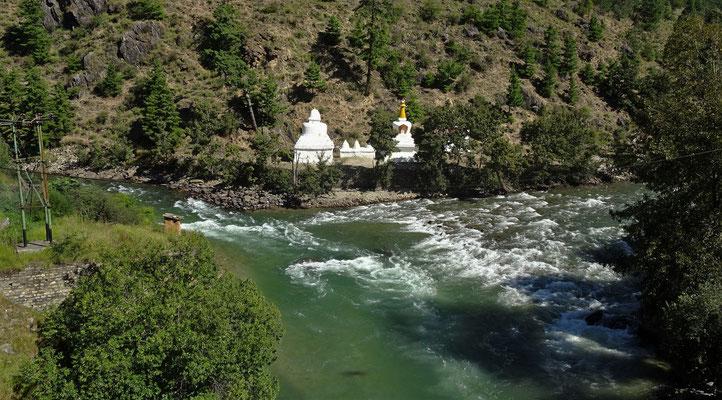 3 Stupa Arten. Links : Nepal, Mitte : Bhutan, Rechts verdeckt : Tibet