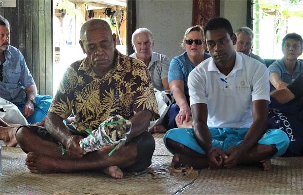 Übergabe der Pfefferwurzel für den Kava......