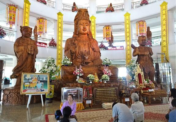 Der hölzerne Buddha im Innern......