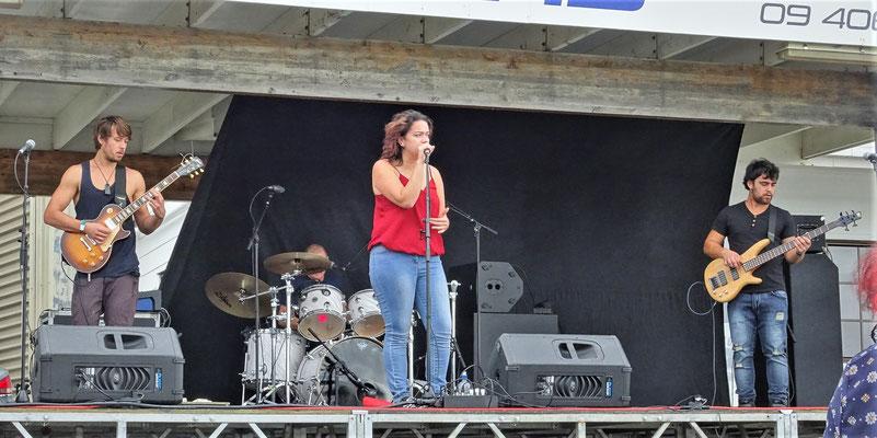 ...mit Bühne, super Sound...