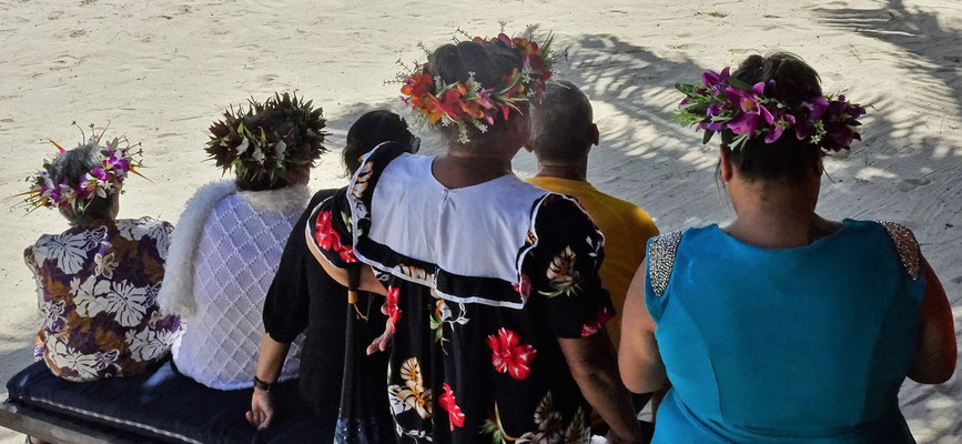 ......mit dem traditionellen Kopfschmuck.