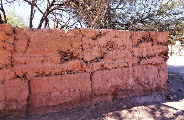 Typische Lehm-Mauer.