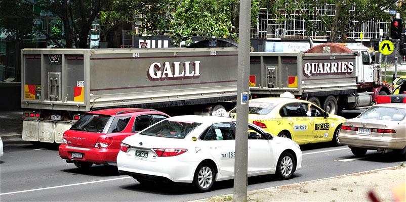 Ugo hat hier ein Transportunternehmen.