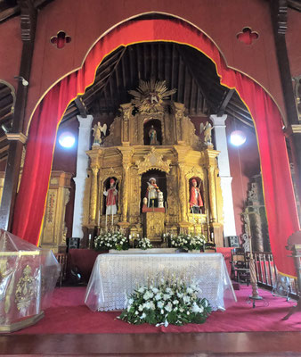 .....mit dem Altar.