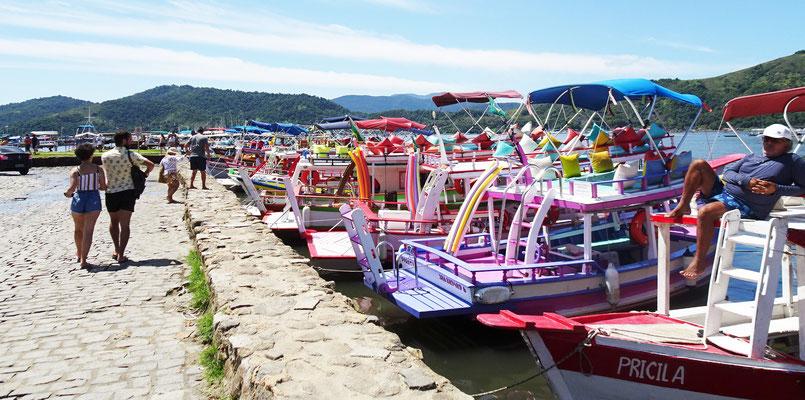 Viele umgebaute Fischerboote warten auf Kundschaft.