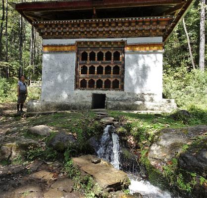 Eine grosse Gebetsmühle mit Wasserantrieb