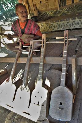 ....mit seinen 3 Saiten Instrumenten.