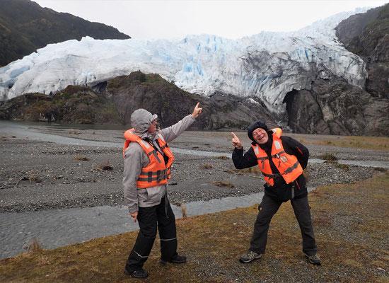 """Zwei """"Chinesen"""" die auf den Gletscher zeigen."""