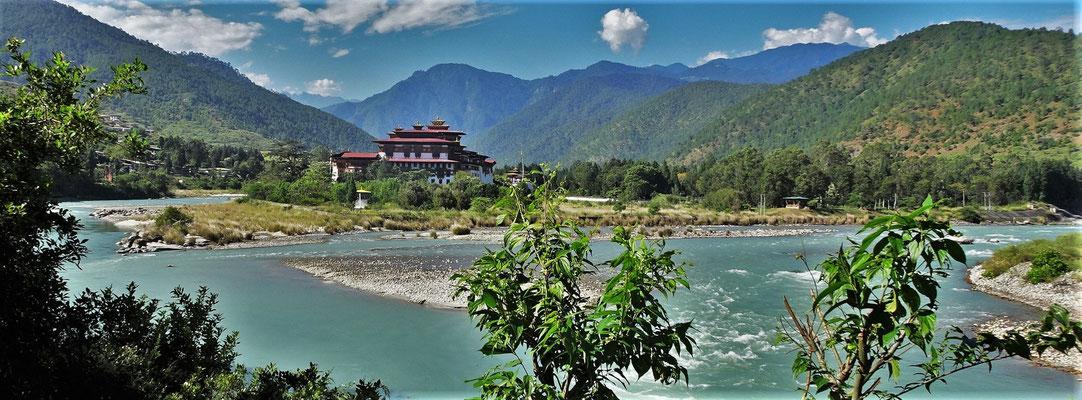 Der Phunake Dzong der zwischen Pho Chu und Mho Chu steht.