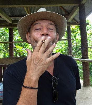 ...Naturzigarette rauchen.
