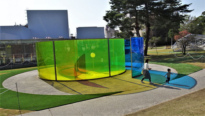 Ein Kunstwerk im Freien mit seinem Farbspiel.