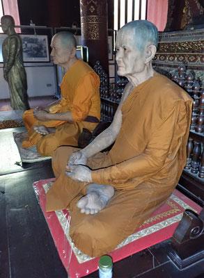 Diese Mönche sehen wie lebendig aus. Sind aus Wachs.