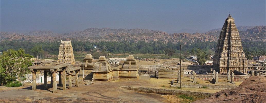 ...auf den Virupaksha Tempel.