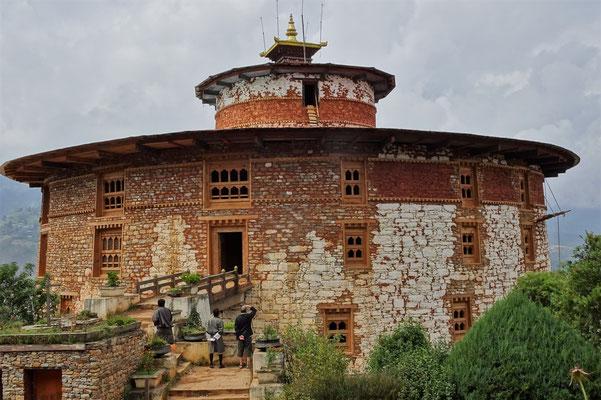 Der Ta Dzong war früher der Wachturm und wird..
