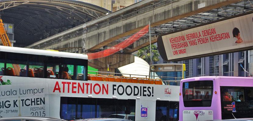 Ein Touristenbus mit: Achtung Fudis.....wer ist da gemeint??