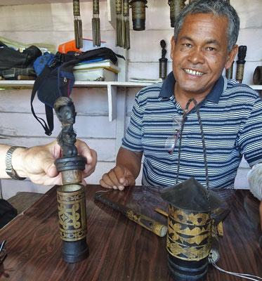 Links: Medizinbehälter, Mitte: Batak-Kalender, Rechts: Knoblauchbehälter