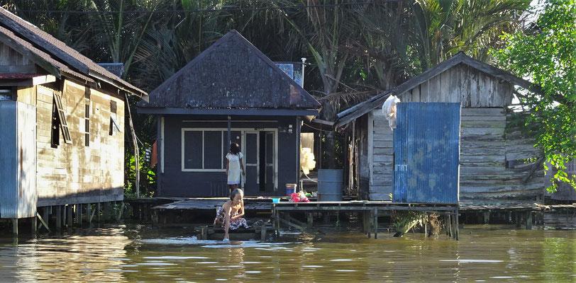 Leben am Fluss, rechts das WC Häuschen.