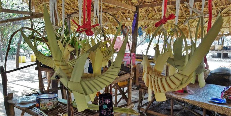 Aus Palmenblätter geformt.