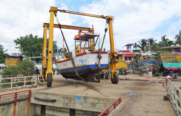 Ein Fischerboot wird ausgewässert.