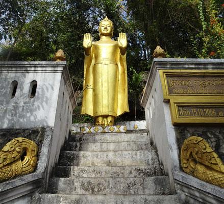 .....mit Buddha Statuen und....