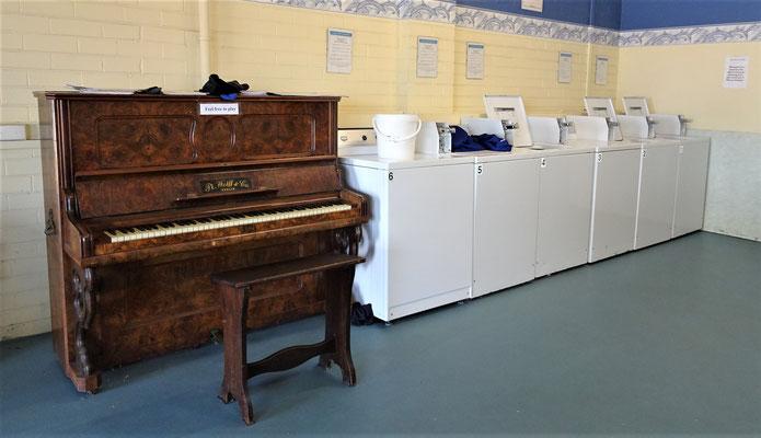 Klavier im Waschsalon für die Wartezeit.