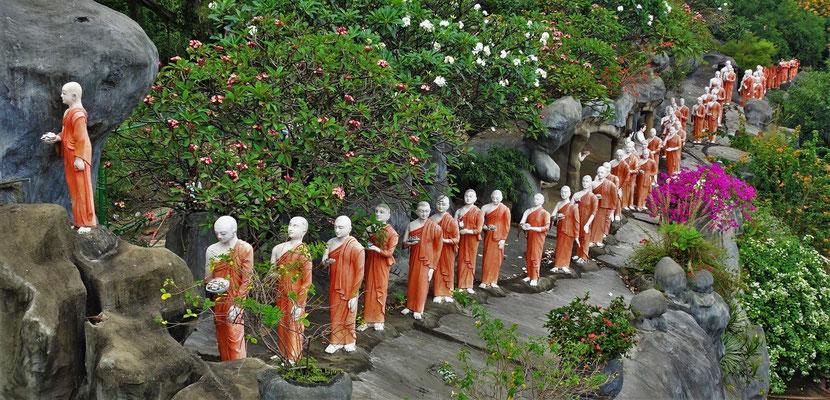 Mönche auf dem Weg zum Tempel.