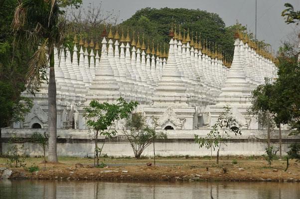 Hier sind nochmals 762 Stupas mit den Kopien.